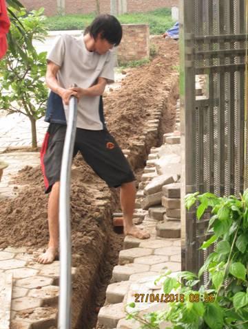 Nhân công đang lắp đặt đường ống mới