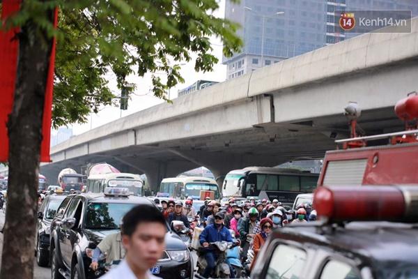Vụ cháy khiến giao thông qua khu vực này bị ùn tắc cục bộ - (Ảnh: Nam Nguyễn)