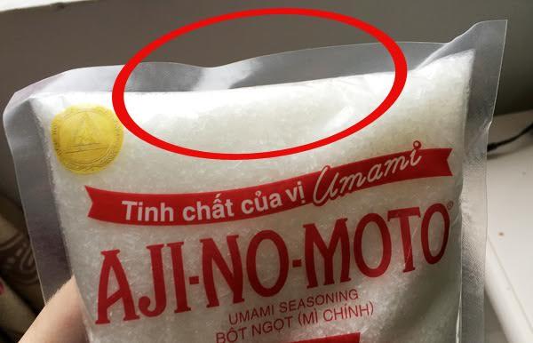 Nếu nhìn vào mép phía trên của túi mì chính thật sẽ thấy dập rất mềm, mịn, cả 4 mép giống nhau
