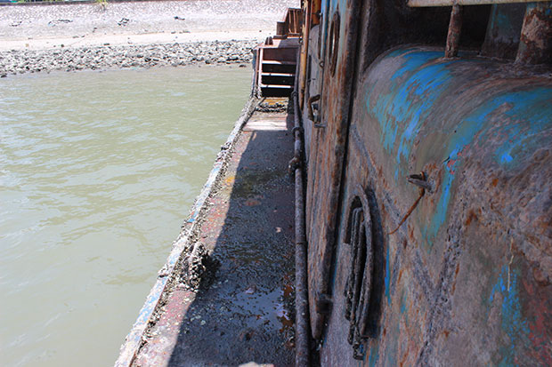 Dầu mỡ chảy từ tàu ra