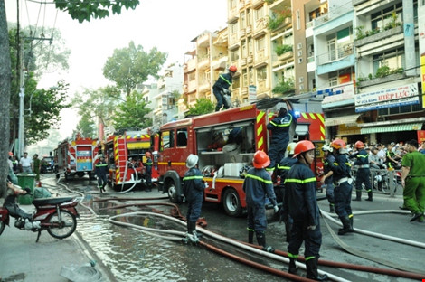 Lực lượng cảnh sát PCCC nhanh chóng triển khai các biện pháp khống chế lửa.