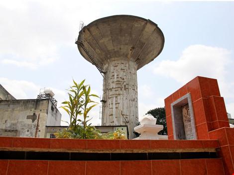 Thủy đài hình nấm nằm tại hẻm 198 đường Nguyễn Thái Sơn, phường 4, quận Gò Vấp có thiết kế trụ và bể chứa nước với dung tích 1.200 m3. Ảnh: HOÀNG GIANG