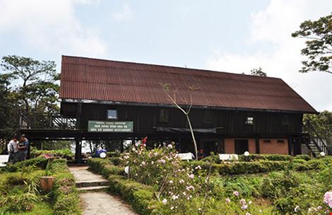 Nhà gỗ hai tầng dùng làm nhà hàng, nhà nghỉ xây dựng không phép nhưng khi kiểm tra, các cơ quan chức năng tỉnh Khánh Hòa không đưa vào báo cáo kết quả kiểm tra. Ảnh: TẤN LỘC