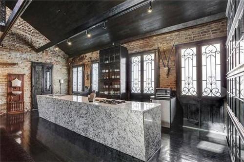 Nhạc sĩ Lenny Kravitz đã mua căn nhà vào năm 1994 và cải thiện toàn bộ nội thất, đem lại sức sống cho ngôi nhà.