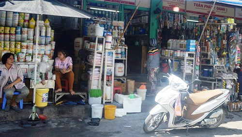 Hóa chất các loại được bày bán tràn lan ở chợ Kim Biên.