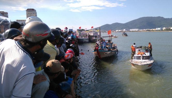 Lực lượng người lặn chuyển hướng tìm vào sát bờ sông Hàn - Ảnh: ĐOÀN CƯỜNG