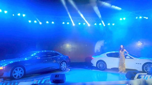Hai chiếc xe Maserati được vận chuyển lên tầng thượng của tòa nhà trong sự kiện tổ chức tháng 12/2015 - Ảnh: H.Đ