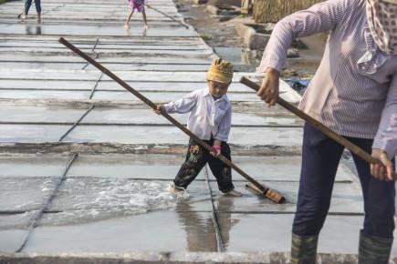 Thu nhập từ muối thấp khiến nhiều người phải đi làm ăn xa hoặc tranh thủ lúc nông nhàn tìm kiếm thêm vài công việc như phu hồ, cửu vạn... Tuy nhiên, những người không có khả năng làm công việc khác vẫn phải gắn chặt vào mảnh ruộng. Lao động ở Bạch Long hiện nay khoảng 4.000 người, chủ yếu là phụ nữ và người già. Những đứa con của diêm dân, ngay từ nhỏ đã biết ra đồng phụ giúp cha mẹ.
