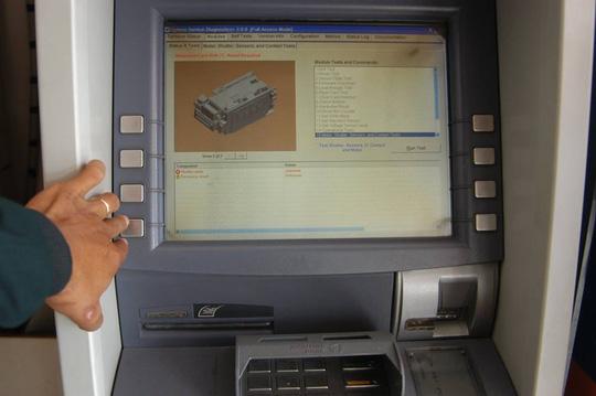 Máy ATM của hầu hết các ngân hàng đều rơi vào tình trạng quá tải hoặc trục trặc do giao dịch tăng đột biến những ngày trước Tết.
