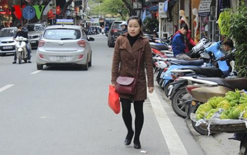 Không có lối đi trên vỉa hè, người đi bộ phải đi dưới lòng đường.