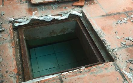Bể nước ngầm gia đình chị Trang sau khi đã lật nắp phía trên.