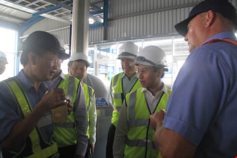 Ông Nguyễn Xuân Anh (Bí thư Thành ủy Đà Nẵng) kiểm tra nơi sản xuất bia Larue bị phao tin đồn bán cho Trung Quốc. Ảnh: LÊ PHI