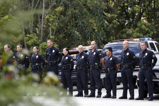 Cảnh sát bảo vệ bên ngoài nhà của bà Nancy tại TP Los Angeles, bang California ngày 6-3. Ảnh: Reuters