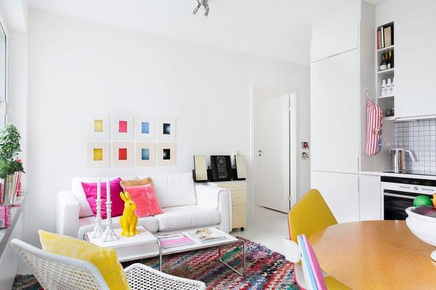 Căn phòng khách được trang trí chủ yếu là màu trắng nhưng lại khiến mọi người dễ quên mất gam màu chủ đạo này bởi cách sử dụng các gam màu nhấn của chủ nhân quá khéo.