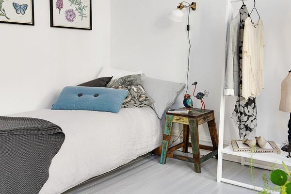 Thay vì dùng một chiếc tủ đầu giường, một chiếc ghế đủ giải quyết tất cả các nhu cầu với một diện tích vô cùng khiêm tốn.