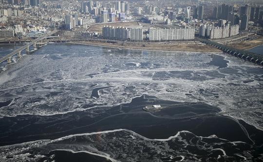 Sông Hàn chảy qua thủ đô Seoul - Hàn Quốc đóng băng một phần hôm 25-1Ảnh: Reuters