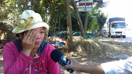 Chị Phương không cầm được nước mắt khi nhìn đống dưa của gia đình chào mãi mà không thương lái nào mua.