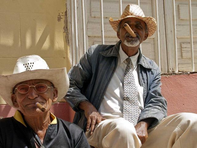 Cuba nổi tiếng với những điếu xì gà, kéo theo đó là nguy cơ ung thư phổi của người dân
