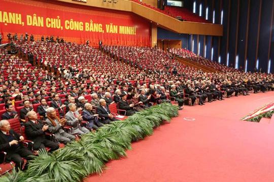 Đại biểu biểu quyết thông qua Nghị quyết Đại hội XII