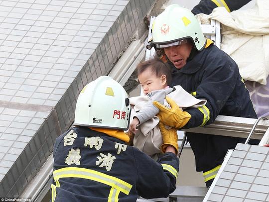 Một em bé được cứu thoát. Ảnh: ChinaFotoPress
