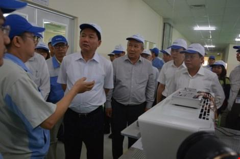 Công ty Sankyo giới thiệu về các sản phẩm công nghệ cao tại nhà máy với Bí thư Đinh La Thăng.