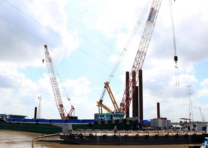 Nhà thầu đang tiến hành thi công cọc trụ tháp cầu dây văng Bình Khánh (dự kiến trong thời gian 47 tháng).