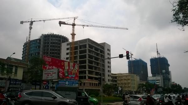 Nhiều công trình, cần cẩu chĩa ra ngoài đường, nơi lượng người lưu thông rất cao (ảnh chụp trên đường Nguyễn Chí Thanh)
