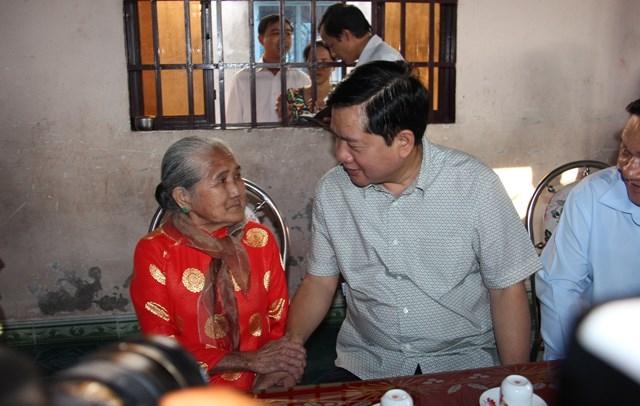 Bí thư Thành ủy Đinh La Thăng thăm hỏi động viên mẹ Việt Nam anh hùng Nguyễn Thị Em
