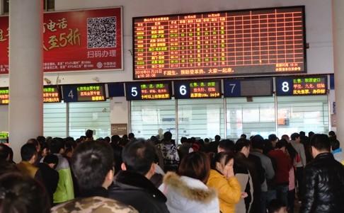 Người lao động chờ mua vé tại nhà ga Foshan
