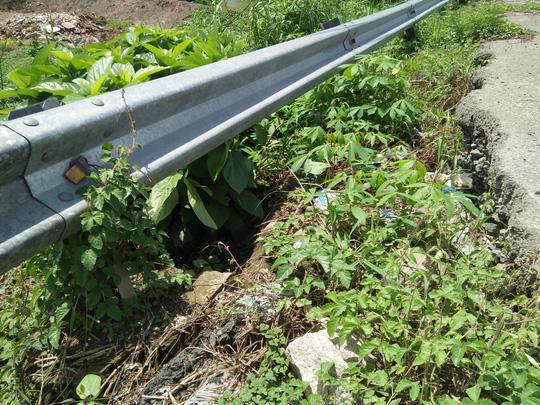 Mặt đường nhựa ở dốc cầu Bùng Binh bị sụp, nứt hơn 1m. Hộ lan bật ngửa.
