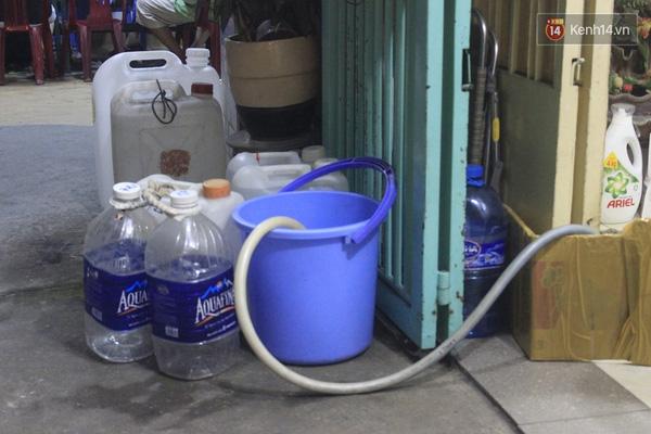Người dân đã quen với việc phải đi mua nước hàng ngày.