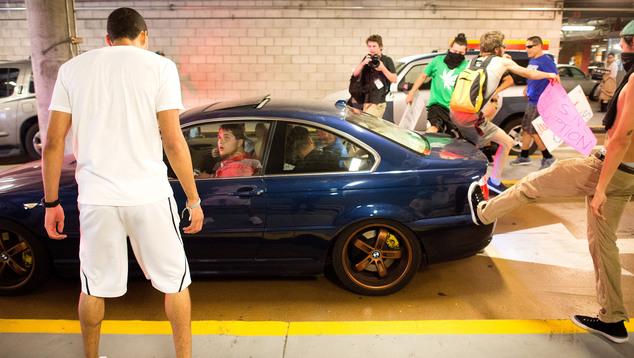 Hỗn loạn tại nhà xe. Ảnh Noah Berger/ AP Photo