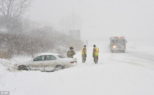 Lính cứu hỏa làm việc trong tuyết phủ ở Pennsylvania