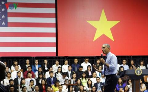 Tổng thống Obama trò chuyện cùng khoảng 800 thủ lĩnh trẻ Việt Nam tại buổi gặp gỡ các thành viên của Sáng kiến Thủ lĩnh trẻ Đông Nam Á (YSEALI) tại TP.HCM ngày 25/5.