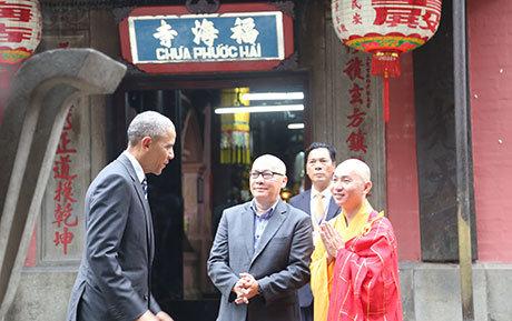 Tổng thống Obama thăm chùa Ngọc Hoàng (Phước Hải) ngay sau khi đặt chân đến TP.HCM - Ảnh: T.T.D. - Viễn Sự     Tổng thống Obama muốn học cách đi sang đường nếu có dịp trở lại Việt Nam