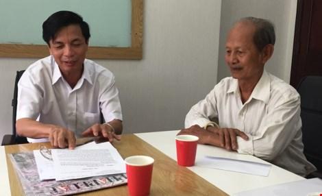 LS Phạm Công Hùng (trái) nhận đơn yêu cầu LS của cha bị cáo Minh