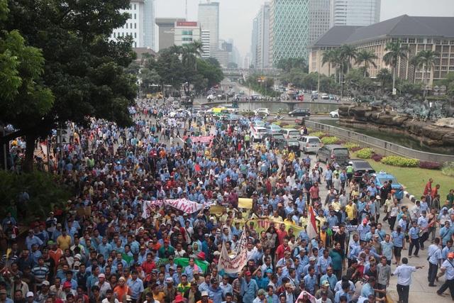 Lái xe taxi ở Indonesia chặn một đường lớn trong ngày 14/3 để phản đối các ứng dụng đặt xe