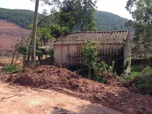 Khu nhà ở và khu chăn nuôi của hộ nhà ông Lương Văn Nam và Lương Văn Vân. (Ảnh chụp ngày 25/4/2016)