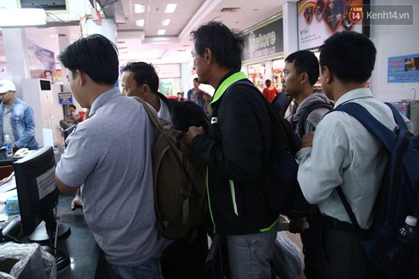 Hành khách xếp hàng chờ hướng dẫn thủ tục đổi trả vé.