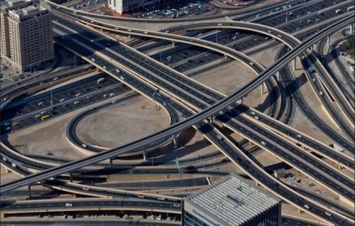 Đến nay, Dubai đã có hệ thống đường giao thông hiện đại bậc nhất thế giới. Đây cũng là quê hương của những siêu xe xa xỉ.