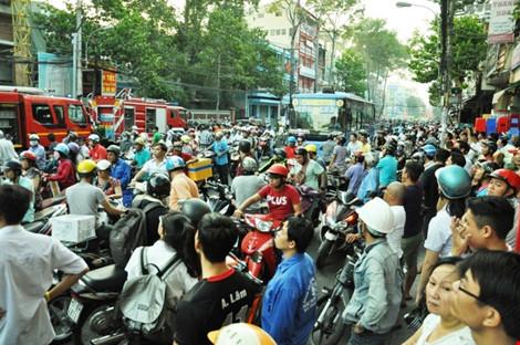 Trong khi đó, tuyến đường Lê Hồng Phong bị ùn ứ nghiêm trọng.