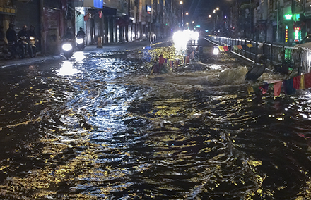 Nước lênh láng trên mặt đường Nguyễn Lương Bằng dài gần 100m. Nhiều phương tiện di chuyển khó khăn. Ảnh Trần Vương