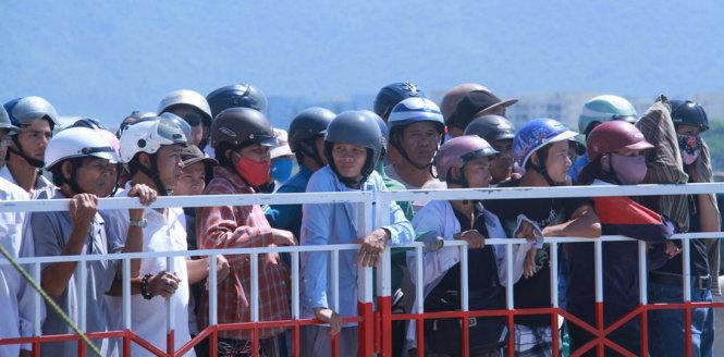 Hàng ngàn người dân Đà Nẵng đứng trên bờ chờ đợi với hi vọng tìm thấy các nạn nhân - Ảnh: HỮU KHÁ