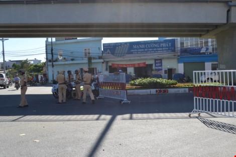 CSGT phải lập chốt trên quốc lộ 1K để điều tiết giao thông và giữ gìn an ninh trật tự. Ảnh: TIẾN DŨNG