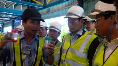Nhân viên hãng bia Larue đang thông tin về chất lượng sản phẩm. Ảnh: LÊ PHI