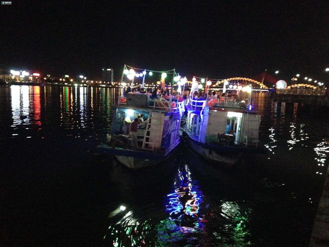 Tàu Thảo Vân 2 và Thảo Vân 1 trong 1 lần đưa khách tham quan sông Hàn được cải hoán từ tàu đánh cá