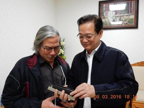 Thủ tướng tặng quà cho tác giả.