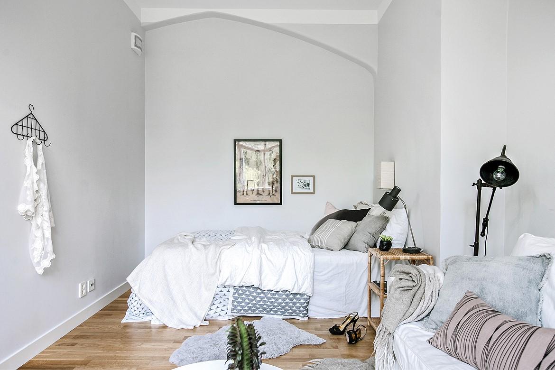 Chiếc giường êm, kệ lưu trữ và đèn đọc sách đủ để tận hưởng sự riêng tư.