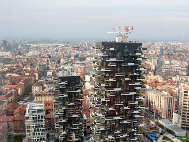 Tòa nhà trọc chời này đã mất vị trí thứ hai tại giải thưởng Emporis Skyscraper Awards năm ngoái. Bosco Verticale hiện có hơn 700 loài cây và 90 loài thực vật khác nhau sinh sống.