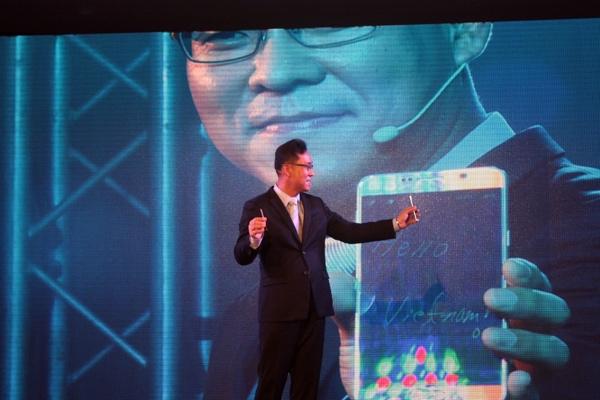 Ông Kim Cheol Gi - Tổng Giám đốc Công ty Điện tử Samsung Vina - giới thiệu Samsung Galaxy Note 5 vào tháng 8 năm ngoái, trong sự kiện diễn ra tại GEM - Ảnh: H.Đ